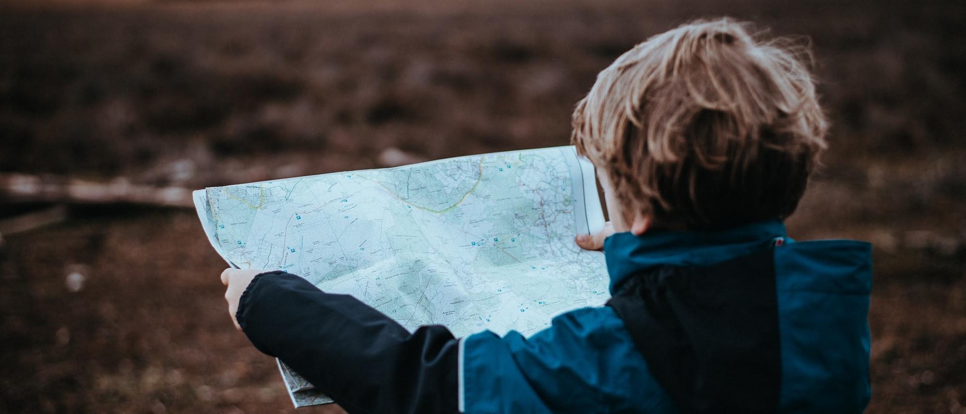 Kind mit Karte