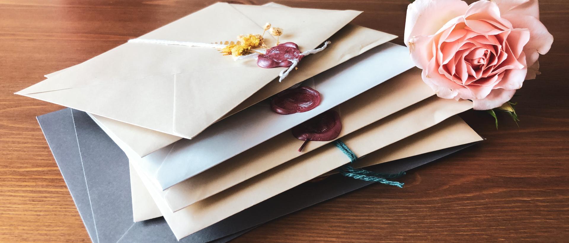 Briefumschläge und Blume